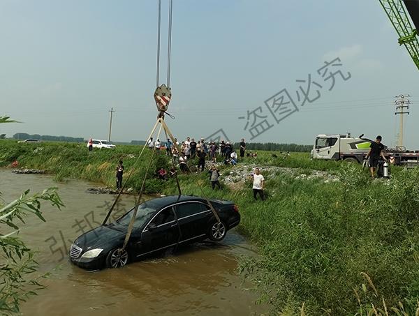 打捞落水奔驰车