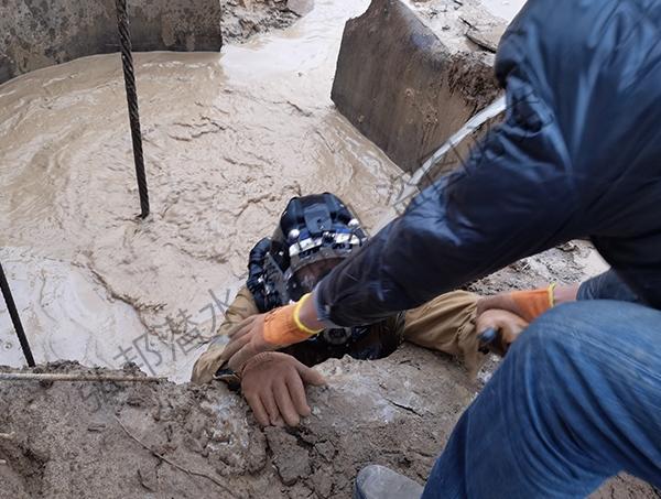 在泥浆水中打捞钻头