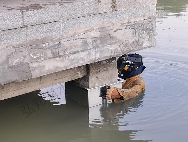 长春某公园进行桥墩加固工作